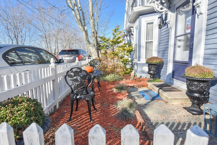 #140: Walk to Water, 2 Blocks to Town, Close to Ferry, & Parking Spot!