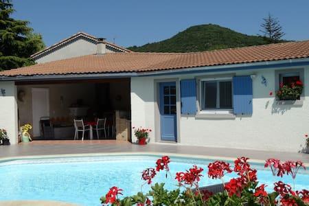 Chambre d'hôte indépendante piscine - Saint-Georges-les-Bains - 住宿加早餐