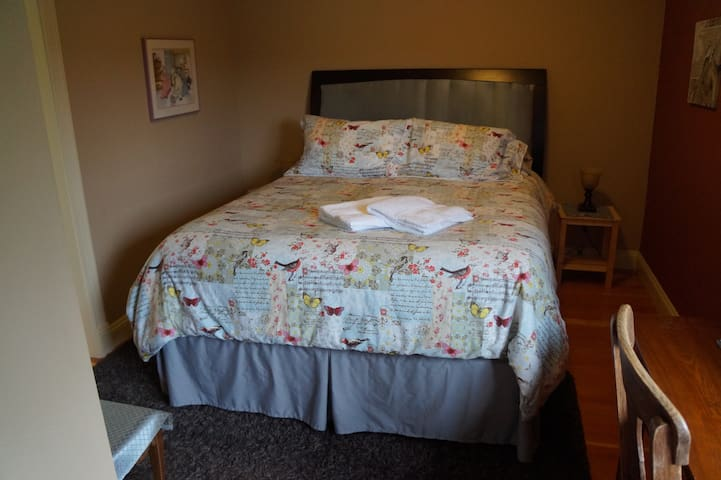 Walk to Downtown and BC Ferries Rm2 - Nanaimo - House