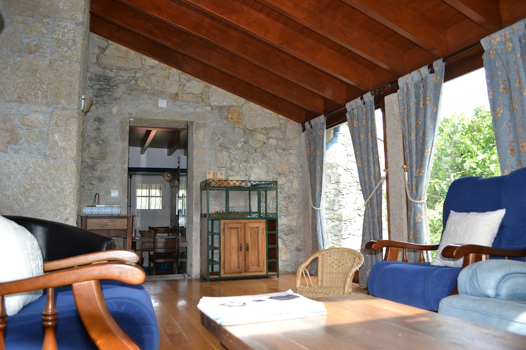 Luminosa sala de estar, toda envidraçada/bright living room with large windows/lumineuse salle de séjour avec grandes fenêtres