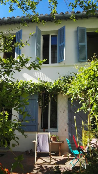 façade de la maison : vigne vierge et volets bleus