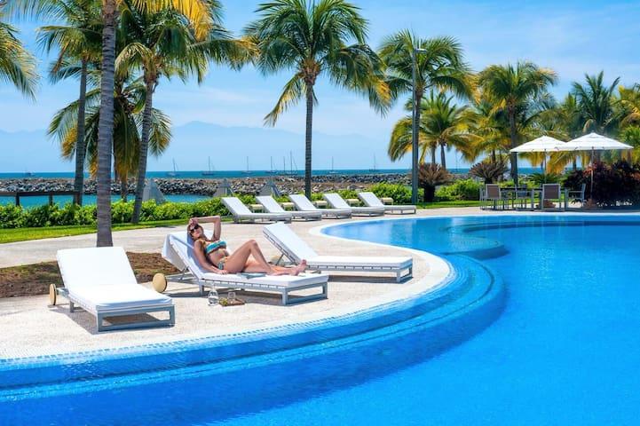 Tropical House + Playa Privada