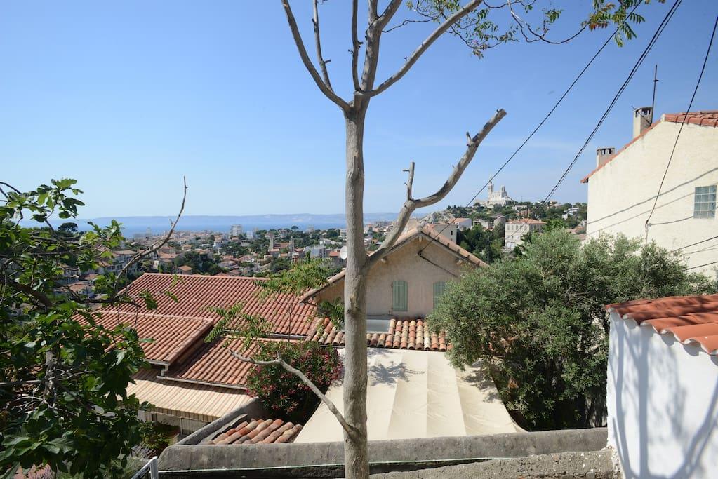 Depuis les fenêtres, la plus belle vue sur la rade de Marseille