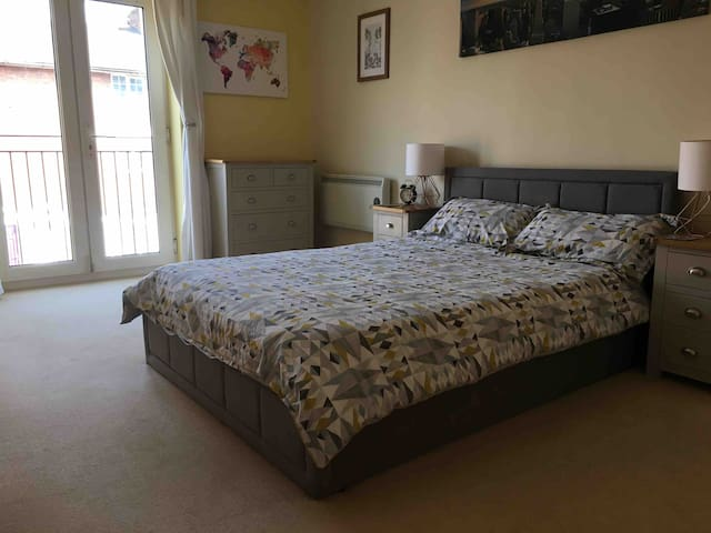 Double room in Warwick town with private bathroom.