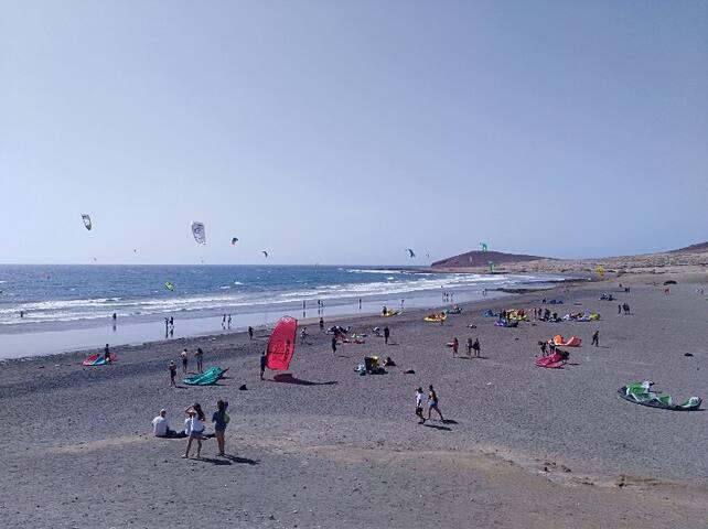 Tenerife es un lugar fantástico para practicar todos los deportes de mar y viento: Surf, kitesurf, windsurf. Ven es verano.