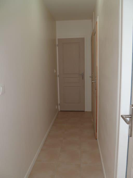 Un couloir de nuit fermé par une porte dessert les 2 chambres, la salle d'eau et les wc