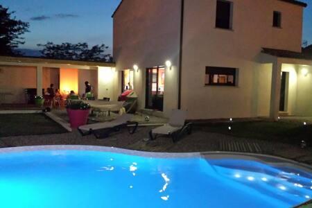 Maison moderne piscine chauffee