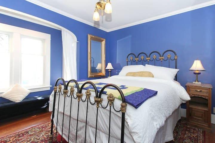 "Historic ""Blue Sky"" Room-City heart"