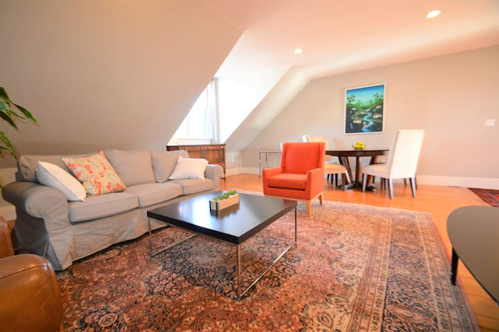 On Beautiful Broadway - Huge Sunny 2 Bedroom
