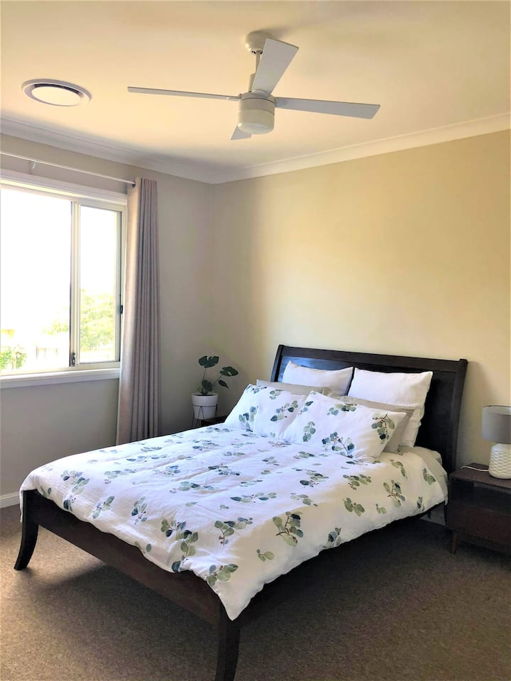 Light-filled private room 5 mins from beach