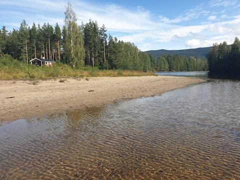 Puhdasta luontoa, hiljainen paikka joen rannalla. Veneitä, wifi.