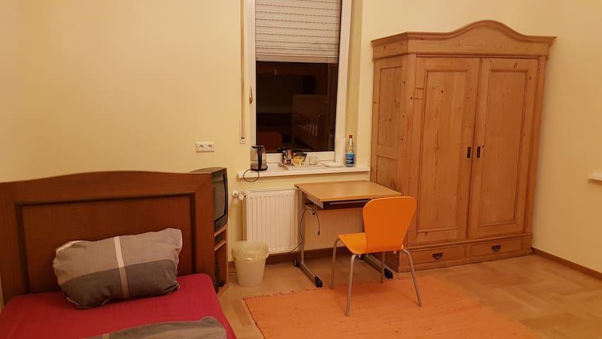 Ein kleiner Schreibtisch mit Strom- und Ethernetanschluss ist auch vorhanden.