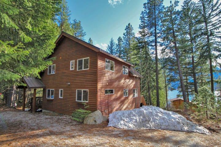 Dog-friendly, spacious cabin w/ lake view, hot tub, deck & firepit!