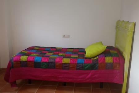 Habitaciones en chalet pareado - Mairena del Aljarafe - House
