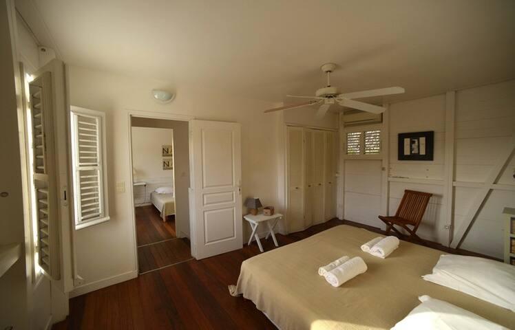 Chambre 2 du haut que nous avons décorer avec un esprit zen, elle fait 14 m2 avec un placard et la climatisation