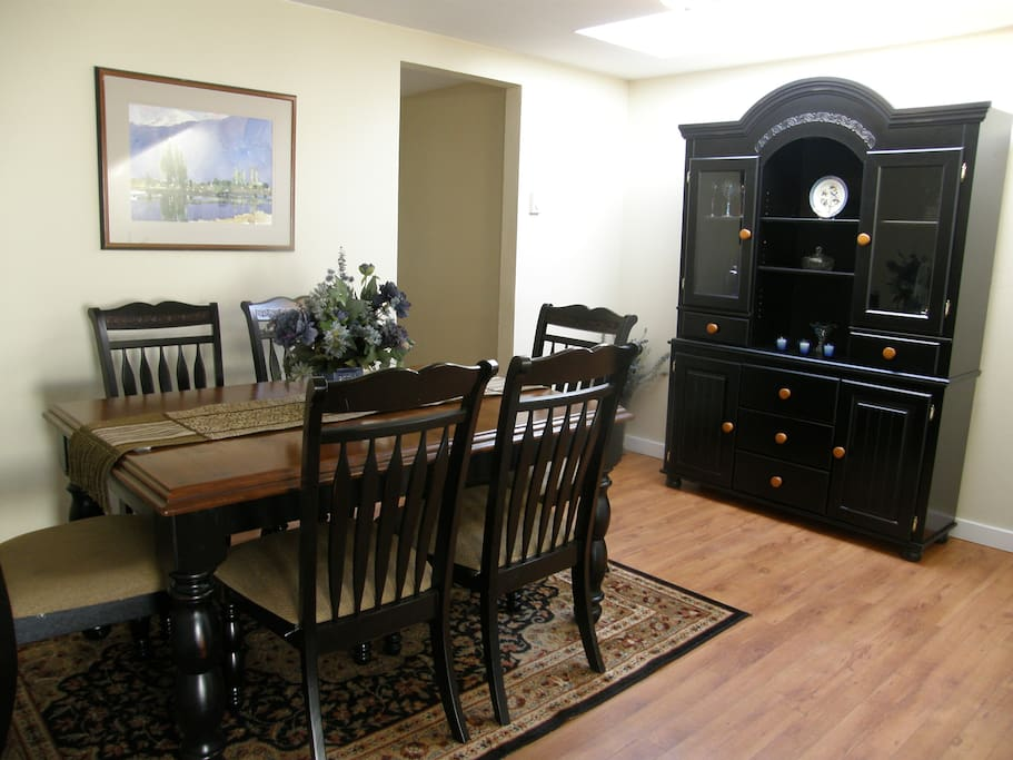 Dining room area accommodates up to 8 guests.