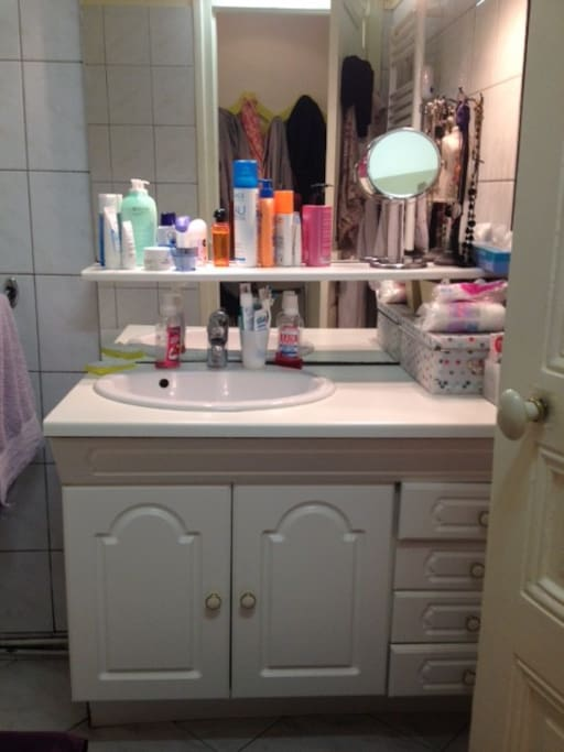 Salle de bains avec baignoire et sèche-serviette