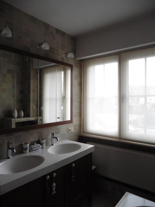 Geïntegreerde badkamer bij slaapkamer 1
