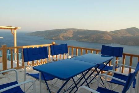 Typique maison île grecque vue mer