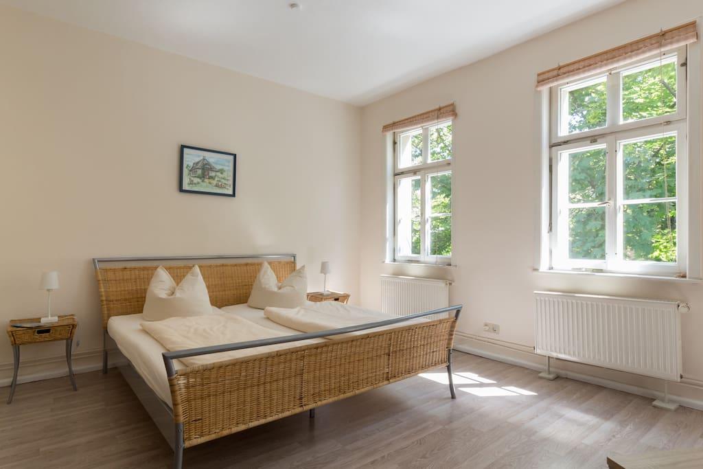 Blick auf Doppelbett im Wohn-Schlafraum