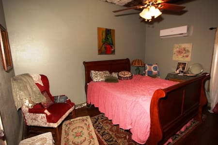"Texperience bnb ""Miss Kitty"" room - Kerrville"