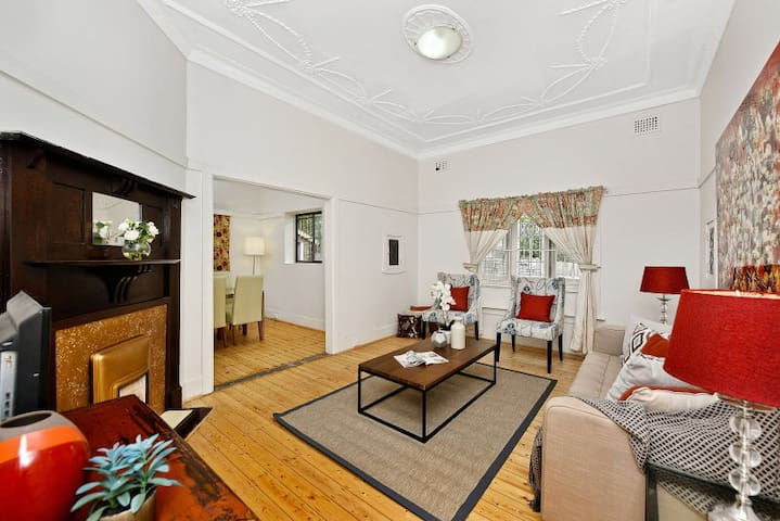 Bright house and cheap price - entirely yours. - Homebush - Hus