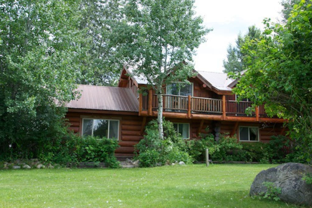 Chickadee log home trails river hot tub cabins for rent for Winthrop cabin rentals