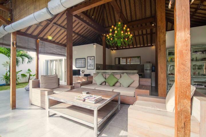 Amazing Stylish 4 BR Villa with Pool & staff
