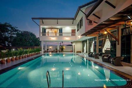 居銮首间别墅渡假屋民宿.超大的泳池 ,高档卡拉OK,环境优美、市区中心 - Kluang