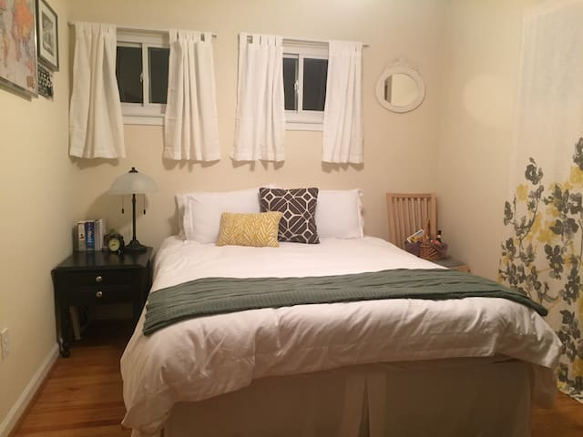 Clean, Cute & Cozy Private Bed/Bath - Oak Park - Huis