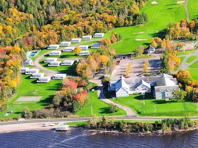 Lakeside Vacation Cottage with Golf Course - West Bay - Cottage