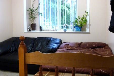 Cosy room 15 min to downtown