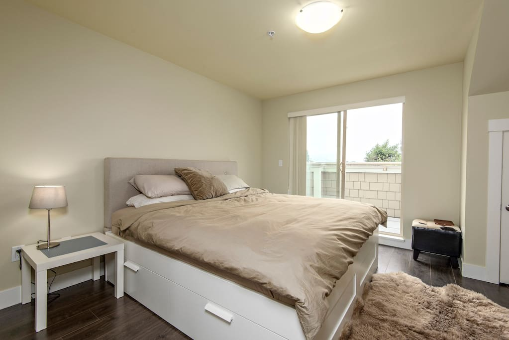 Master ensuite with kingsize bed and memory foam mattress