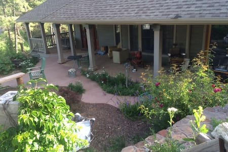 Magical Retreat, hot tub, gym..more - Flagstaff