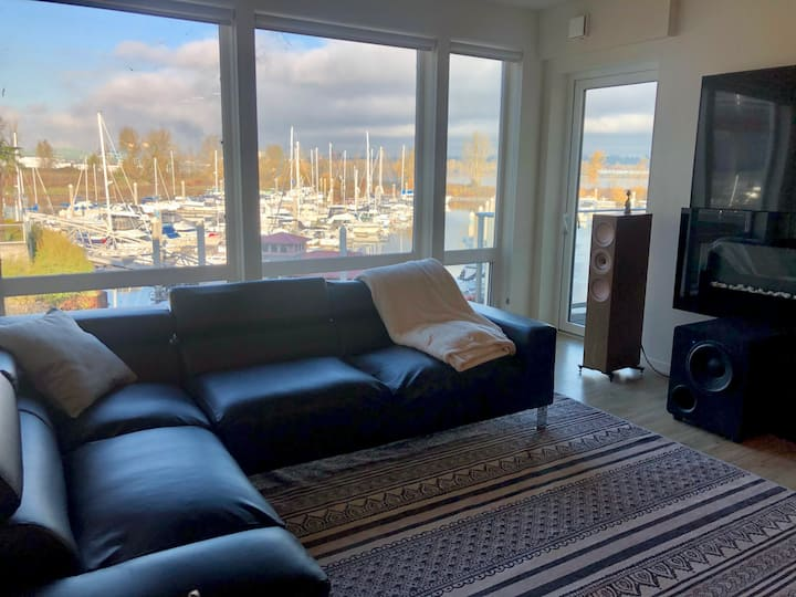 Stunning luxury apartment on the river with a view