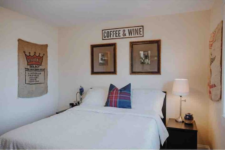 Coffee & Wine Adorable Bedroom Walk To Everything