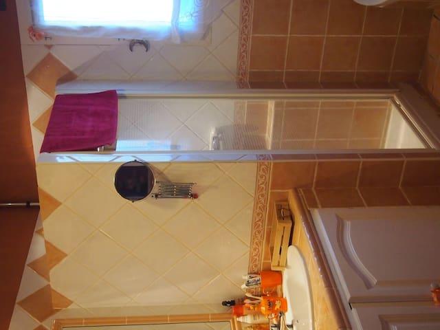 salle de bains avec 2 vasques douche et baignoire