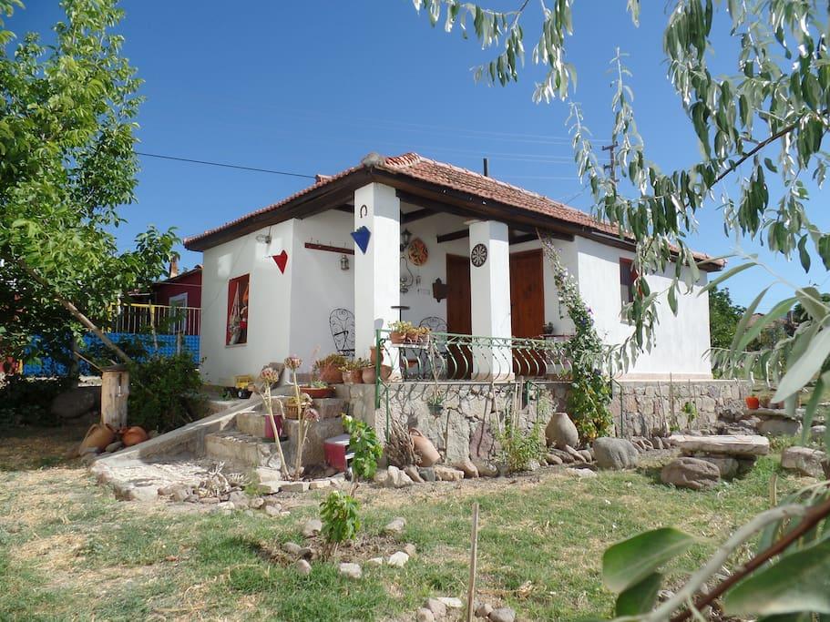 2000 m2 lik bahçe içnde restore edilmiş küçük roman evi