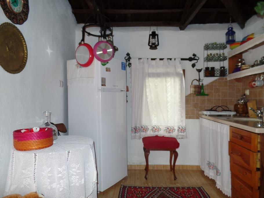 Mutfak, çift kişi için ocak, buzdolabı ve diğer mutfak eşyaları mevcut