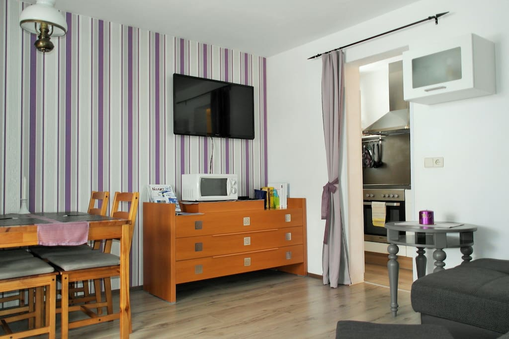 Appartement mit Balkon / Essecke, Flat TV