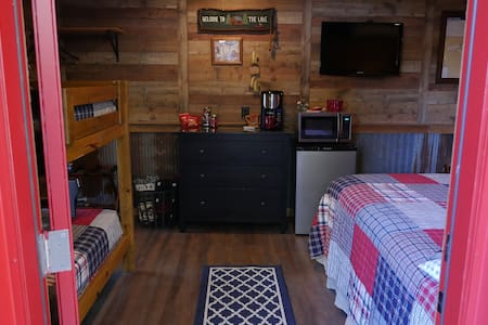 Lake Texoma-charming BUNK ROOM minutes from beach