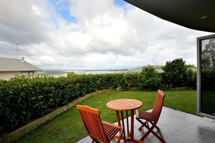 Spacious 2 bedroom unit, Manukau harbour views