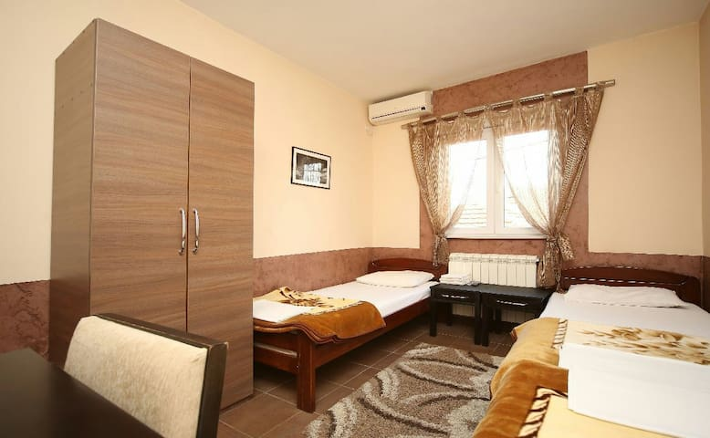 Nice room with 3 separate beds - Podgorica - House