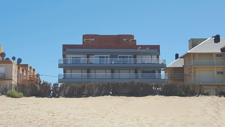 Edificio desde la playa