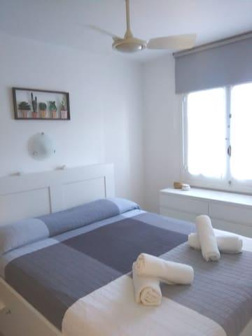 Habitacion con cama doble, armario empotrado y gran cajonera tambien tiene ventidor en el techo. Contraventana típica Menorquina y cortinas totalmente opacas y aislantes de alta calidad.