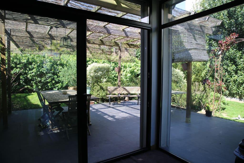 vue sur le jardin depuis le salon