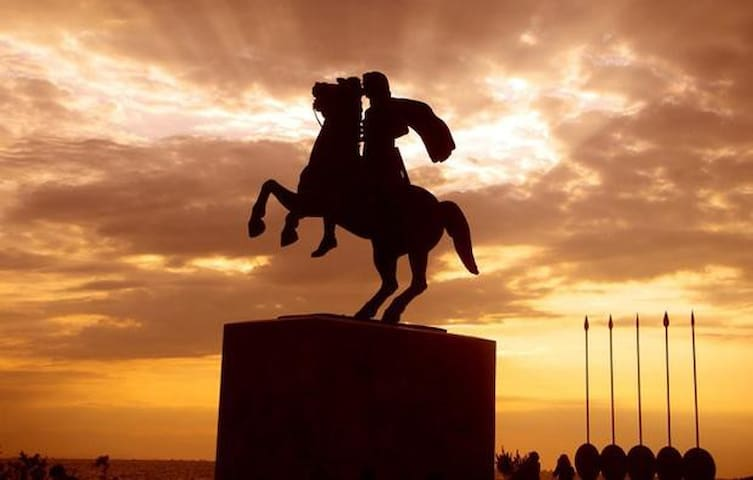 Great Alexander-Seafront 13 min walking distance