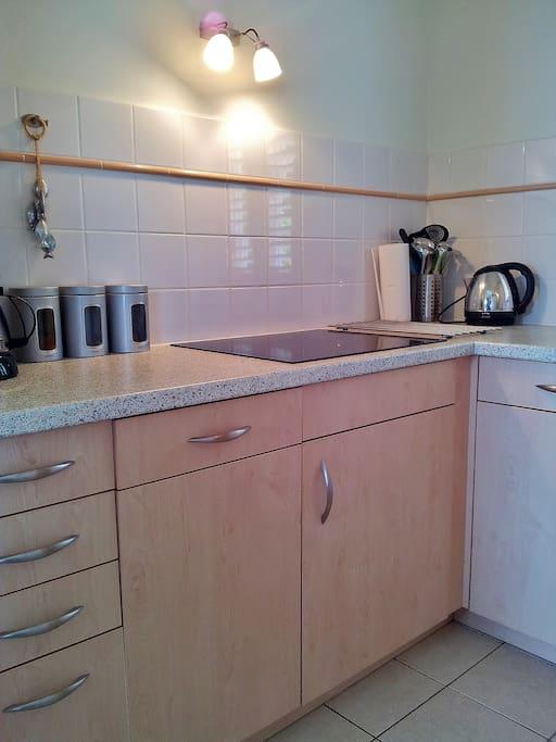 Keuken met inductiekookplaat en afwasmachine