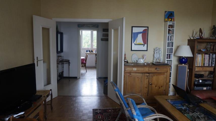 entrée, grande cuisine au fond (avec cellier), salon