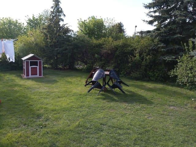 Sitz- und SpielMöglichkeit vor dem Haus (Gemeinschaftsgarten)
